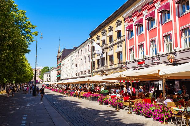 Oslo, kawiarnie przy Karl Johans Gate, głównym deptaku stolicy Norwegii.