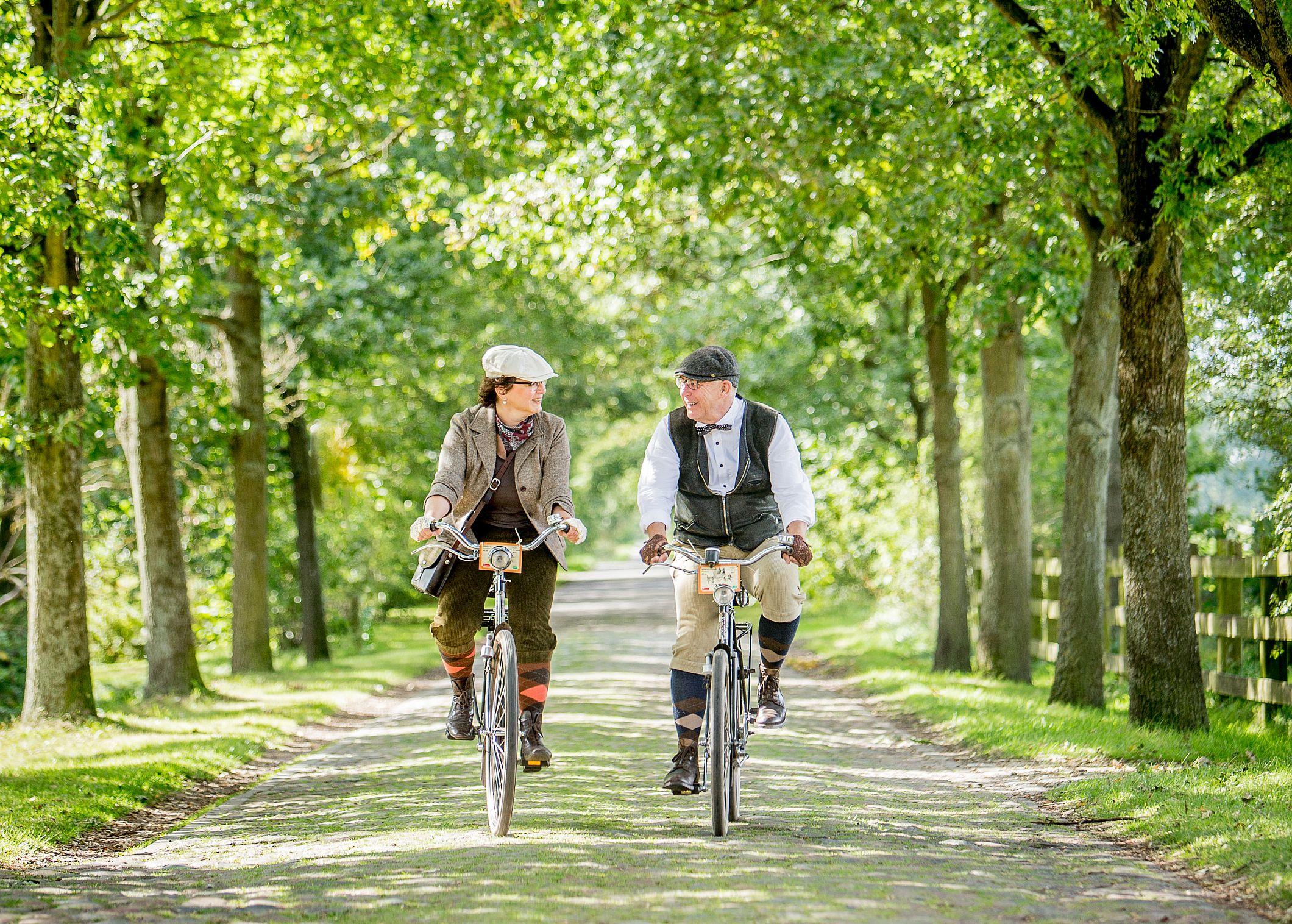 Niektórzy uczestnicy Velo Classico zakładają na tę okazję dawne stroje rowerowe: tweedową marynarkę, zegarek kieszonkowy i kaszkiet (fot. Krauss, Susanne TMV)