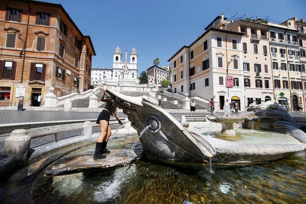 Fontanna przy Schodach Hiszpańskich w Rzymie niemal bez turystów