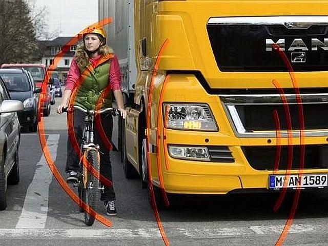 Dla kierowcy samochodu ciężarowego rowerzysta stojący obok na skrzyżowaniu jest niewidoczny. Firma MAN wprowadziła więc system ich wykrywania