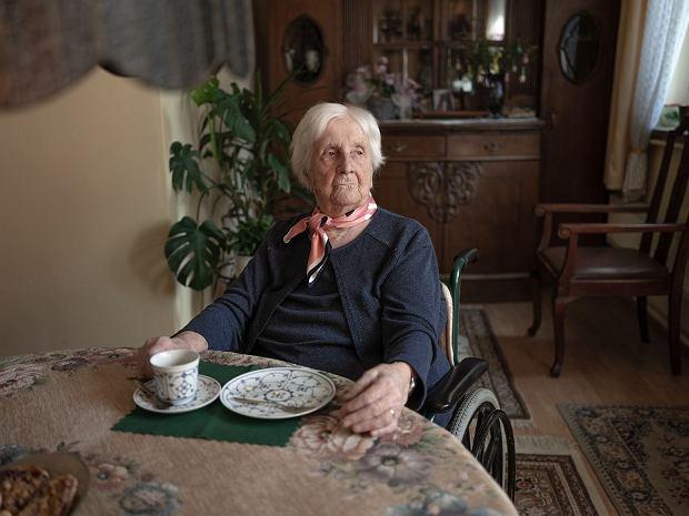 Centrum w mieszkaniu Ireny Becker, w którym spędziła całe życie, stanowi dębowy stół