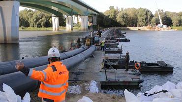 Operacja wciągania rur na most pontonowy, wrzesień 2019 r.