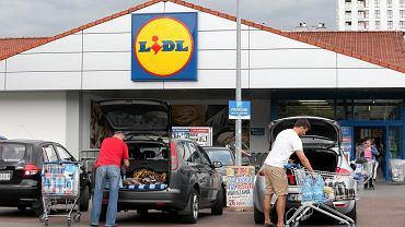 Lidl sprzedaje modne klapki za mniej niż 35 zł. Robią furorę wśród kobiet! Podobne kupisz też w Biedronce (zdjęcie ilustracyjne)
