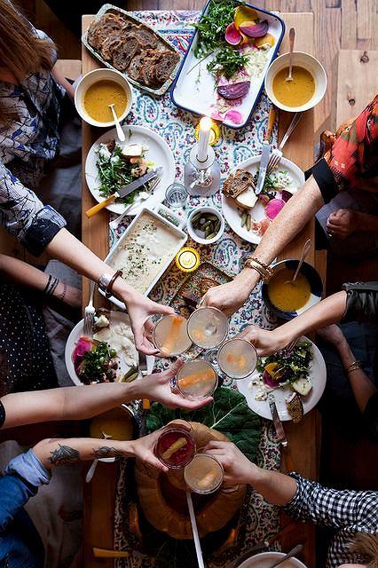 Posiłek przygotowywany wspólnie z przyjaciółmi to doskonała zabawa i okazja do nadrobienia towarzyskich znajomości