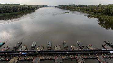 Rurociąg położony na tymczasowym moście pontonowym / 2019 r.