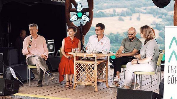 Debatę Białoruś w ogniu z udziałem Andreja Chadanowicza, Nasty Niakrasavej, Zmicera Waynowskiego prowadzi Marek Radziwon