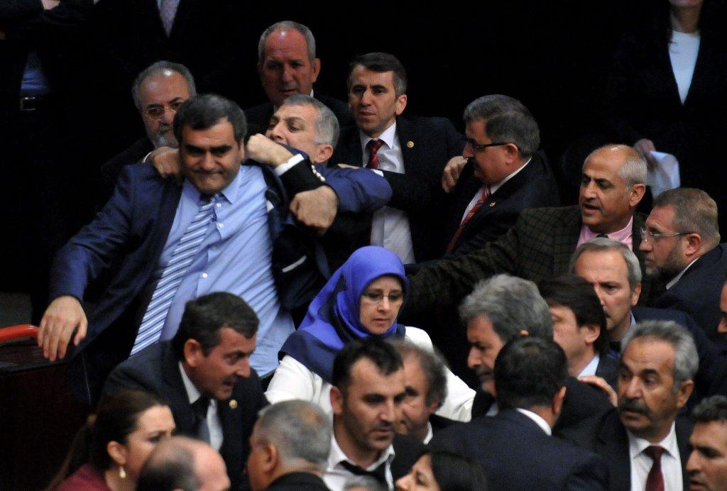 Bijatyka w tureckim parlamencie
