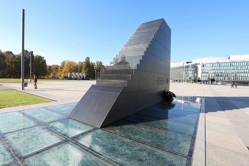 Pomnik smoleński, w tle - Grób Nieznanego Żołnierza