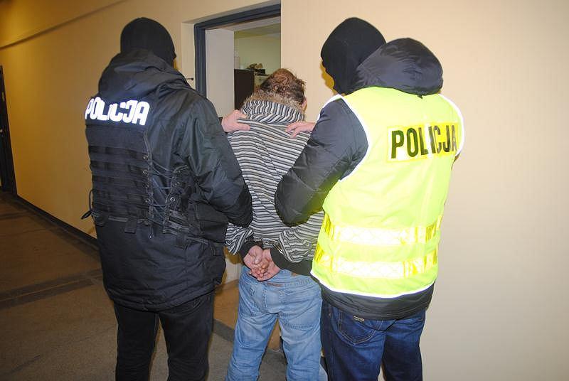 Zatrzymany prowadzony przez policję - zdjęcie ilustracyjne
