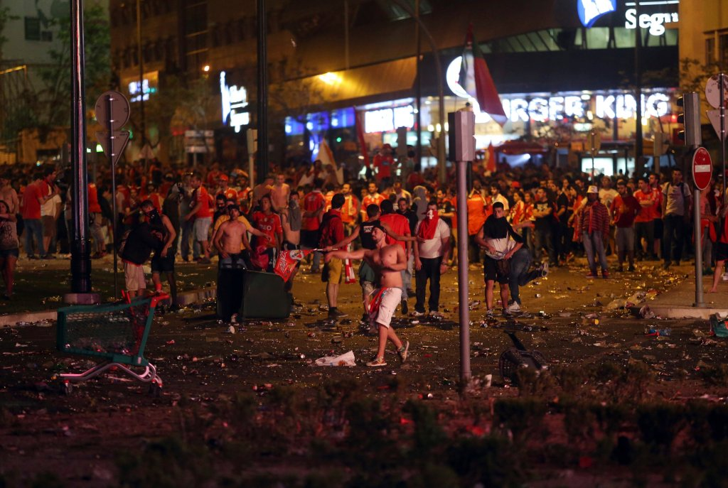 <b>Benfica</b> zapewniła sobie w ostatniej kolejce ligowej <b>mistrzostwo Portugalii</b>. Kibice natychmiast wylegli na ulice Lizbony, by świętować triumf ukochanego klubu. Nikt nie wie, jak doszło do tego, że w pewnym momencie celebracje zamieniły się w starcia fanów z policją.<br><br>Tak wyglądał nocą Plac Markiza de Pombal