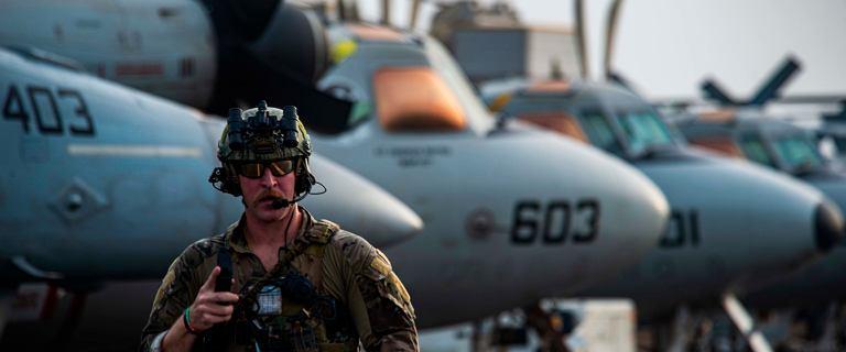 Lotniskowiec USA wchodzi do gry. Eskortuje tankowiec zaatakowany przez drony