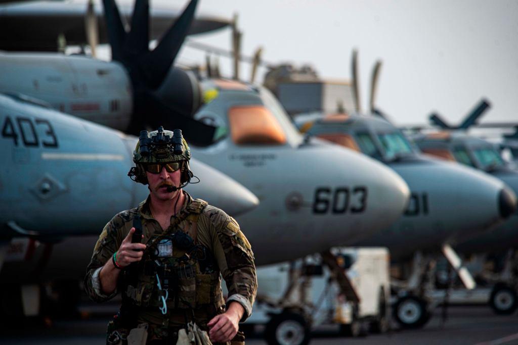 Ethan Tews, ekspert US Navy ds. materiałów wybuchowych na pokładzie lotniskowca USS Ronald Reagan.