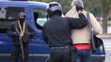 OMON zatrzymuje mężczyznę podczas protestów w Mińsku, 27 września 2020 r.