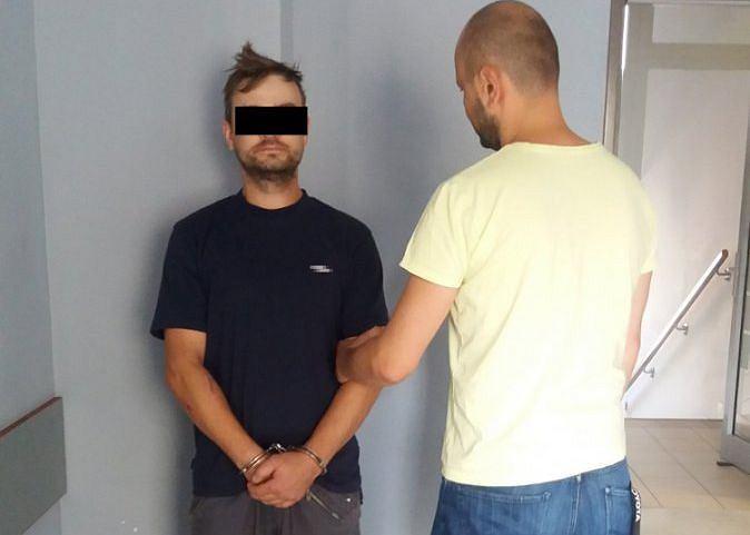 Policjant z zatrzymanym mężczyzną