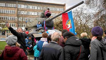 Obrońcy czołgu zapewniają, że T-34 ma już za sobą dekomunizację przez uświęcenie. Do 1990 r. wisiała na nim tabliczka informująca, że to pamiątka po Armii Czerwonej. Potem zmieniono ją na informację, że to pamiątka mszy świętej z okazji wyzwolenia Gliwic
