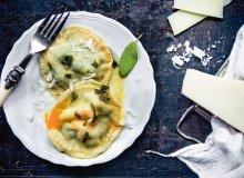 Ravioloni - duże pierożki z żółtkiem i szpinakiem - ugotuj