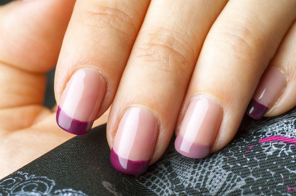 Manicure hybrydowy od pewnego czasu cieszy się wielką popularnością. Jeśli wiemy, jak się do tego zabrać, jego wykonanie nie zajmuje dużo czasu, a jest zdecydowanie trwalszy od tradycyjnych lakierów. Hybryda krok po kroku - i już wiesz, co robić