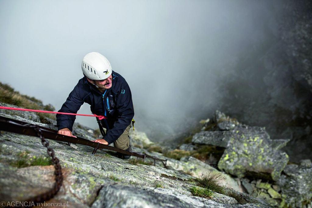 Zejście po ośmiometrowej drabince przy Koziej Przełęczy - adrenalina w czystej postaci. Jestem przypięty liną, więc beztrosko napawam się niezwykłością chwili