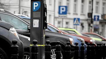 Zapowiadane zmiany w parkowaniu to szansa na uporządkowanie bałaganu w miejscach zastawianych przez samochody, takich jak np. Podwale wokół Starego Miasta