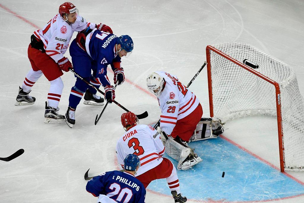 Reprezentacja Polski w hokeju na lodzie. John Murray (29), Damian Kapica (21) i Bartosz Ciura (3)
