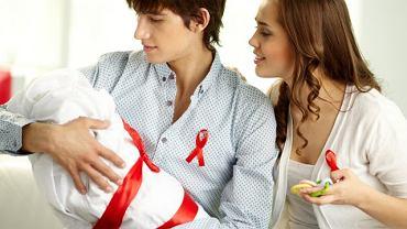 Czerwona kokardka przestała być symbolem wiary w zabobony. To znak solidarności z zarażonymi wirusem HIV, chorymi na AIDS oraz ich bliskimi