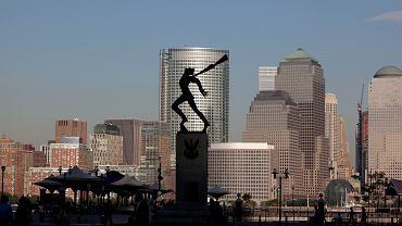 Pomnik katyński w New Jersey na tle Manhattanu.