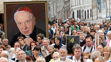 Pielgrzymi niosący obraz z wizerunkiem kard. Stefana Wyszyńskiego (zdjęcie ilustracyjne)
