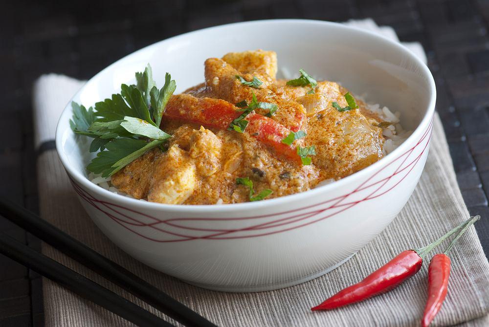 Kurczak po tajsku smakuje doskonale z różnego typu dodatkami, zarówno z ryżem, jak i z makaronem np. udon lub sojowym czy z ziemniakami