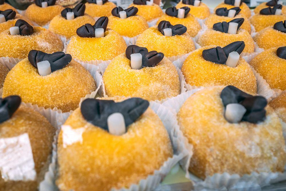 Polenta e os?i - ciastka z orzechami, likierem, marcepanem, zwieńczone ptaszkiem w czekoladzie