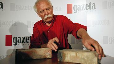 W maju 2005 roku Janosch osobiście podpisał cegły, które z przeznaczonego do wyburzenia familoka w Zabrzu zabrał dziennikarz 'Wyborczej'