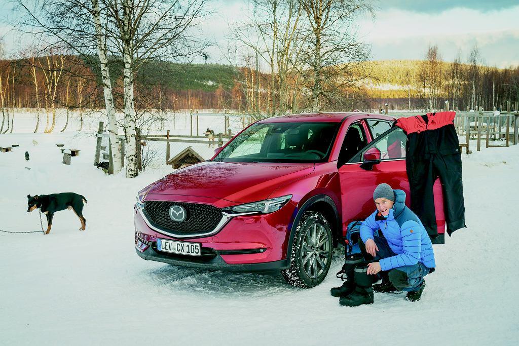 Za koło polarne podjechaliśmy mazdą CX5. Opony zimowe obowiązkowo z kolcami. Widać też mój strój 'kierowcy' zaprzęgu.