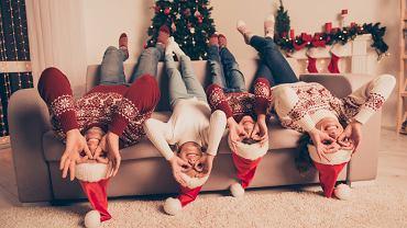 Świąteczne swetry to wspaniała propozycja na stylizacje dla całej rodziny. Zdjęcie ilustracyjne