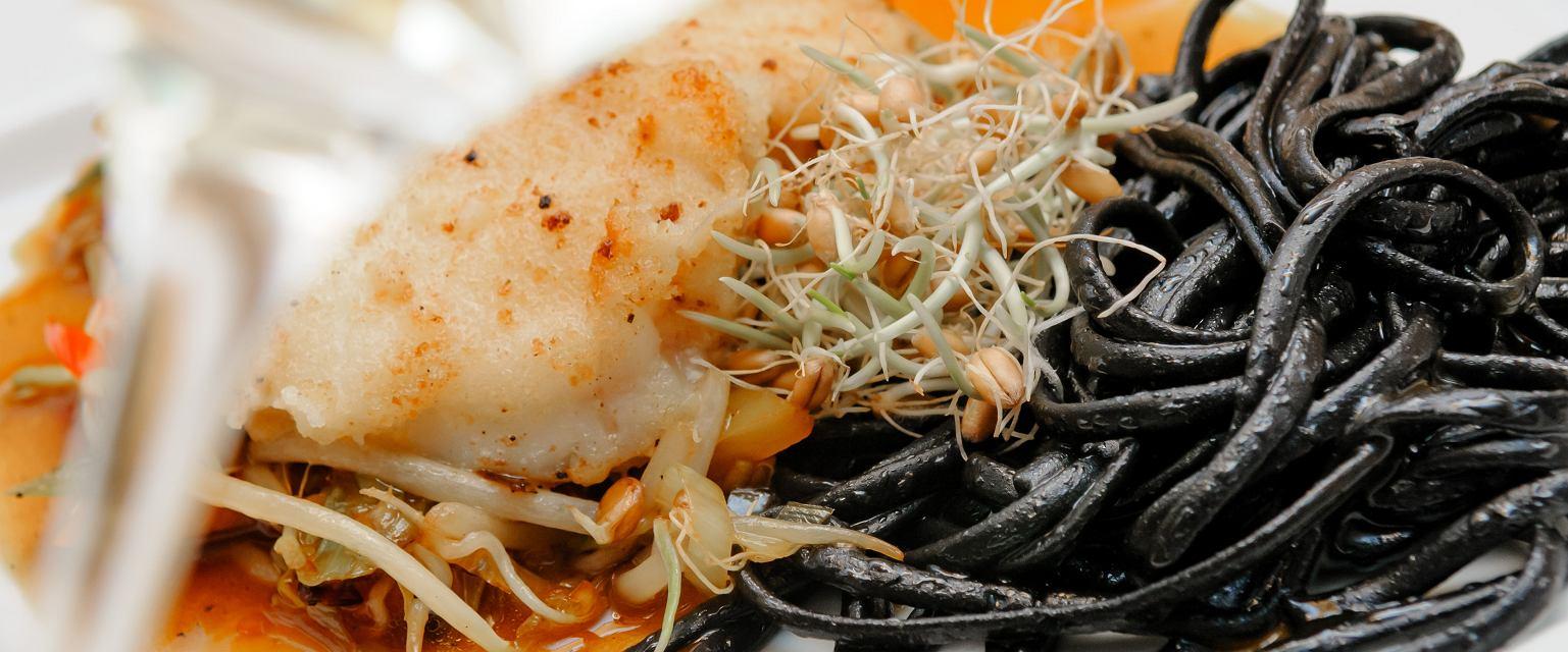 Halibut na czarnym spaghetti