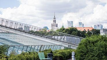 Widok na centrum Warszawy z dachu Biblioteki Uniwersytetu Warszawskiego. Ten gmach został wpisany na listę dóbr kultury współczesnej