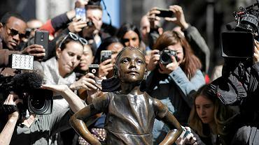 Fearless Girl (Nieustraszona Dziewczynka) rzeźba z brązu autorstwa Kristen Visbal