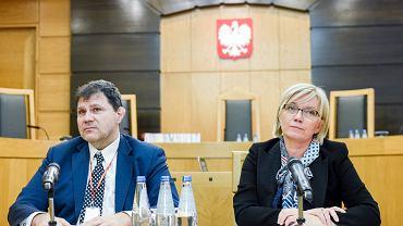 Przewodnicząca TK z nadania PiS Julia Przyłębska i sędzia dubler Mariusz Muszyński podczas wspólnej konferencji w siedzibie Trybunału Konstytucyjnego. Warszawa, 16 marca 2017