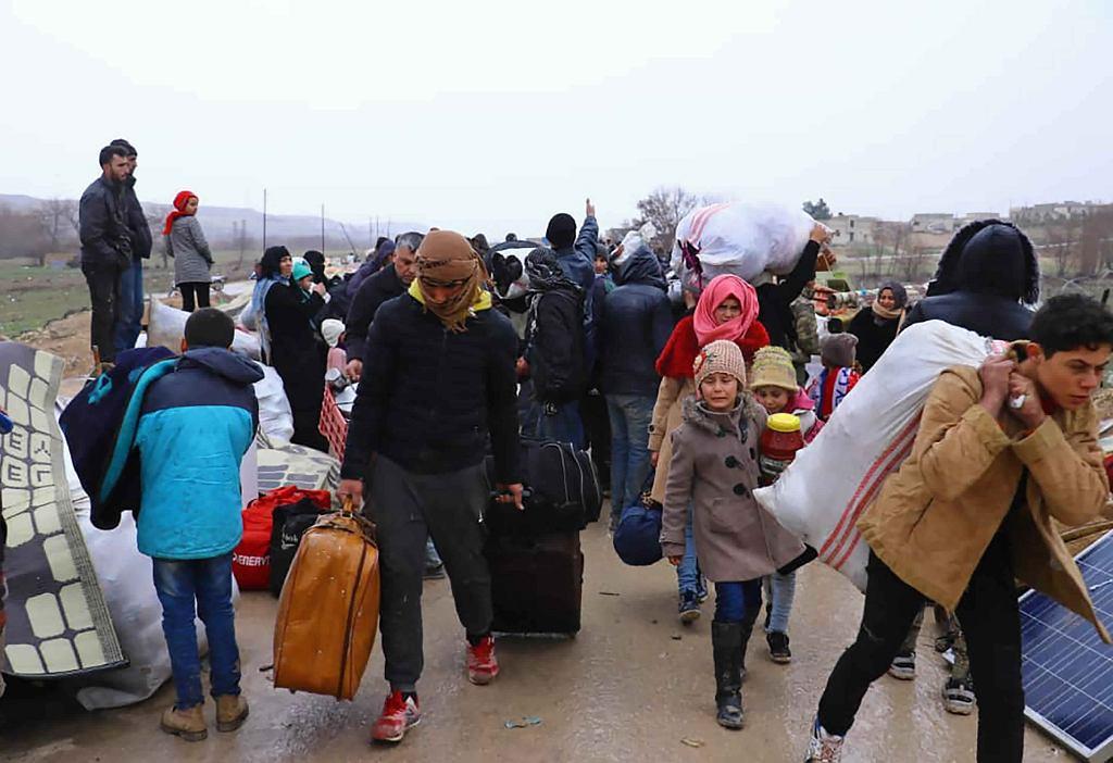 Syryjskie rodziny uciekają przed ofensywą w Idlib