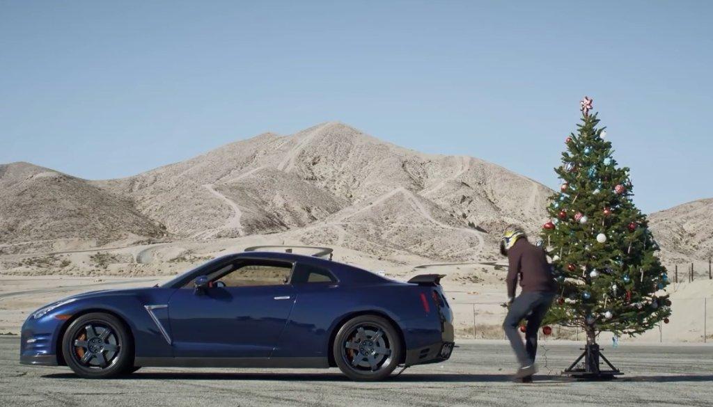 Nissan GT-R rozbiera choinkę