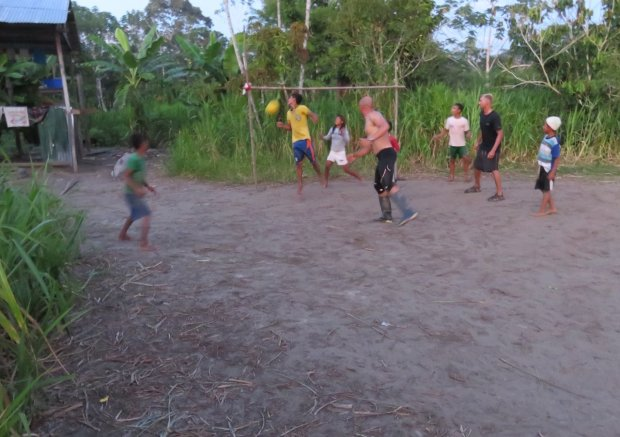 Mecz piłki nożnej w wiosce San Carlos Mariage. Wygrała drużyna Huberta.