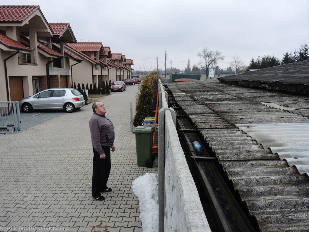 Zdjęcie z 2013 roku przedstawiające fermę norek w Baranowie - tuż obok budynków mieszkalnych.