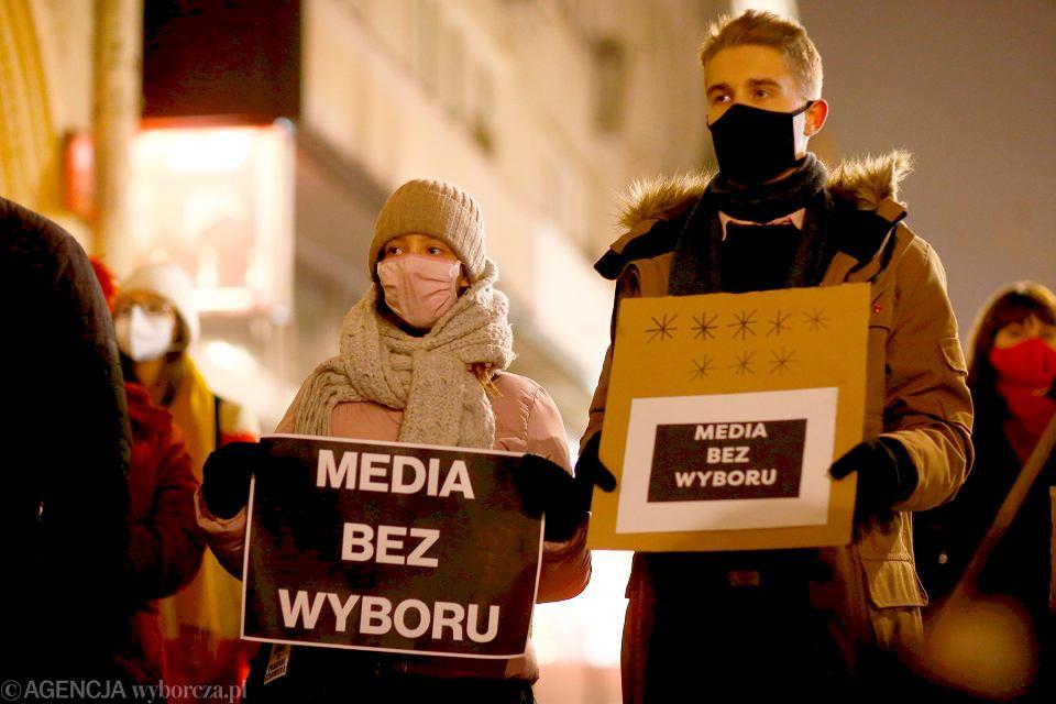 10.02.2021 r. Media bez wyboru. Łodzianie przed siedzibą PiS przy Piotrkowskiej w obronie wolnych mediów.