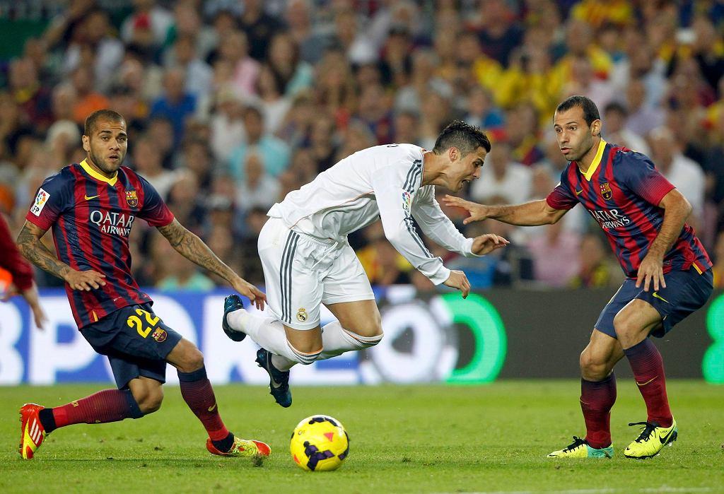 Cristiano Ronaldo w locie. Do lotu zerwał go Dani Alves. Mascherano tym razem tylko się przygląda.