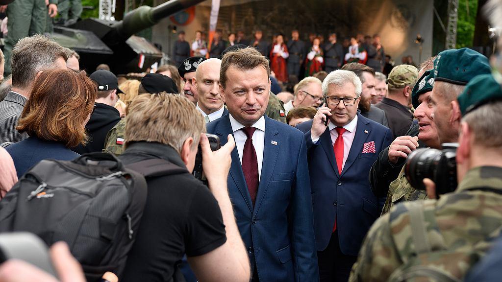 Minister Błaszczak a za nim europoseł Czarnecki na uroczystościach w Legionowie