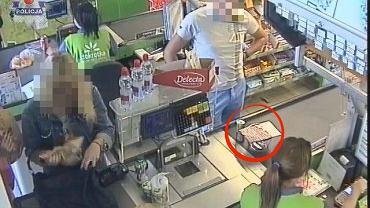 Mężczyzna przy kasie wykorzystuje podrobione naklejki