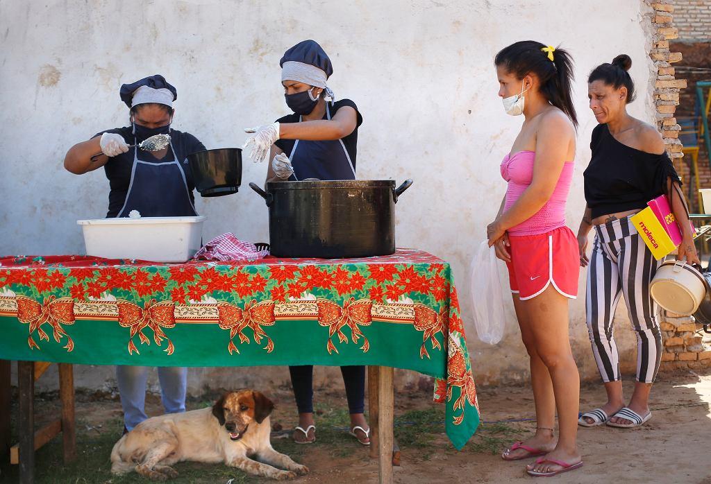 Koronawirus na świecie. Posiłki wydawane dla najbiedniejszych mieszkańców w Paragwaju.