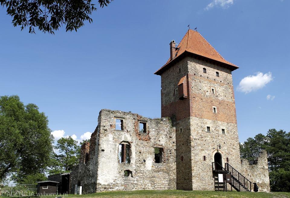 <b>Zamek w Chudowie</b><br> Do 2004 roku były to jedynie ruiny renesansowego zamku z XVI wieku, który do reszty zniszczył pożar w 1874 roku. 20 lat temu powołana została jednak Fundacja 'Zamek Chudów', której założycielem i pierwszym prezesem był Andrzej Sośnierz. Po przejęciu obiektu fundacja zaczęła prowadzić prace rekonstrukcyjne i wykopaliskowe. A zamek wzniesiony przez szlachcica Jana Saszowskiego z Gierałtowic odzyskiwał dawny blask. W ciągu pięciu lat odbudowano i zadaszono zamkową wieżę, w której mieści się muzeum. Można w nim zobaczyć zabytki znalezione podczas badań archeologicznych. Podniesiono również mury wokół dziedzińca i odnowiono bramy.