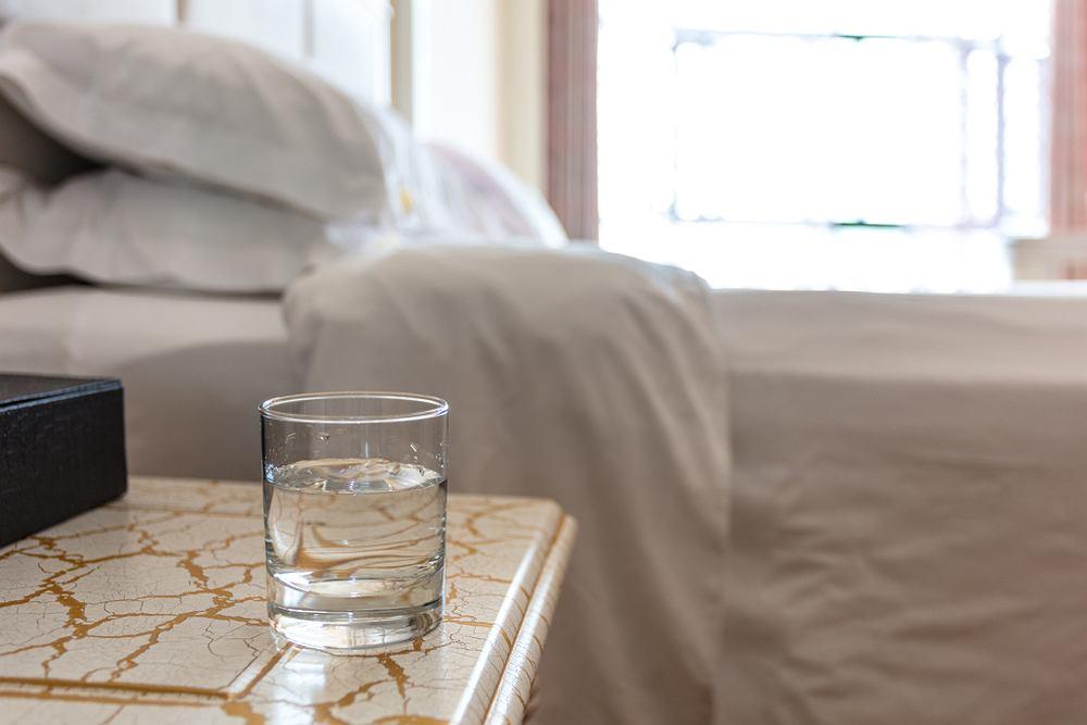 Czy 'odstaną' wodę można pić bez obaw? I dlaczego ma taki dziwny smak?