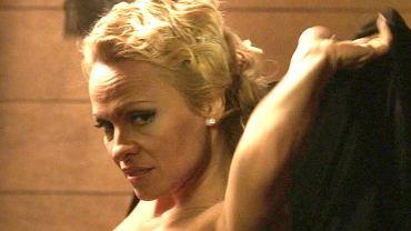 """Pamela Anderson właśnie wystąpiła w rozbieranych scenach w najnowszym filmie """"People Garden"""". To prawdziwa gratka dla jej fanów, ale także - po prostu - dla koneserów kobiecego piękna. Mimo że aktorka ma 49 lat, figury mogłaby pozazdrościć jej niejedna nastolatka."""