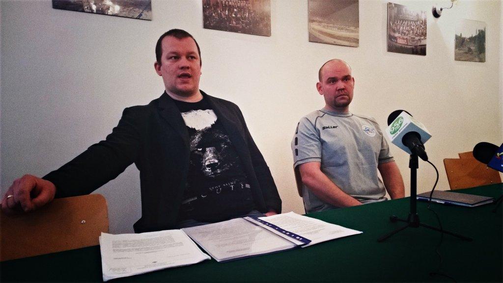 Konferencja prasowa MKP Słowianka. Prezes klubu Przemysław Wilant (z lewej) i dyrektor Robert Olejniczak
