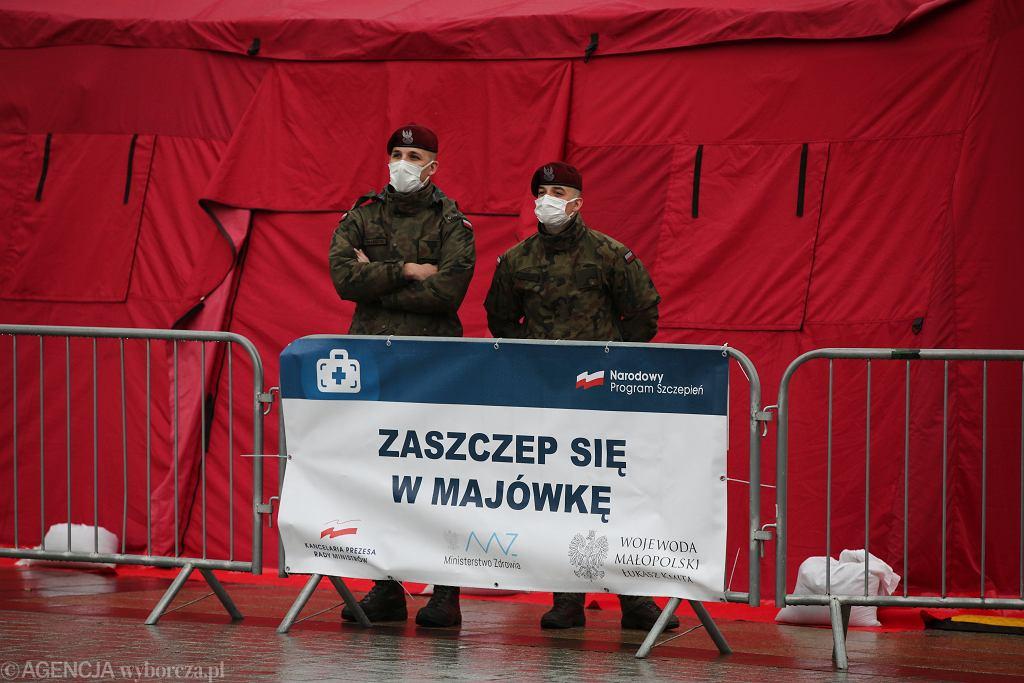01.05.2021, Kraków, Rynek Główny. Tymczasowy punkt szczepień powszechnych w ramach akcji 'Zaszczep sie w majowkę',